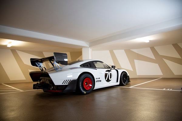 image-of-porsche-935-martini-livery-side-view-2