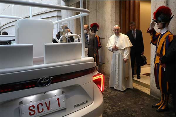 image-of-pope-newly-gifted-toyota-mirai